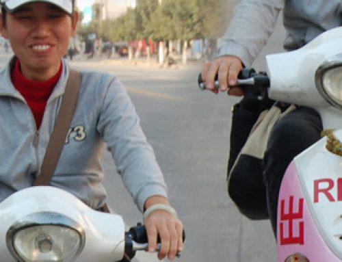 De ruta por China remolcando la moto de nuestra guía