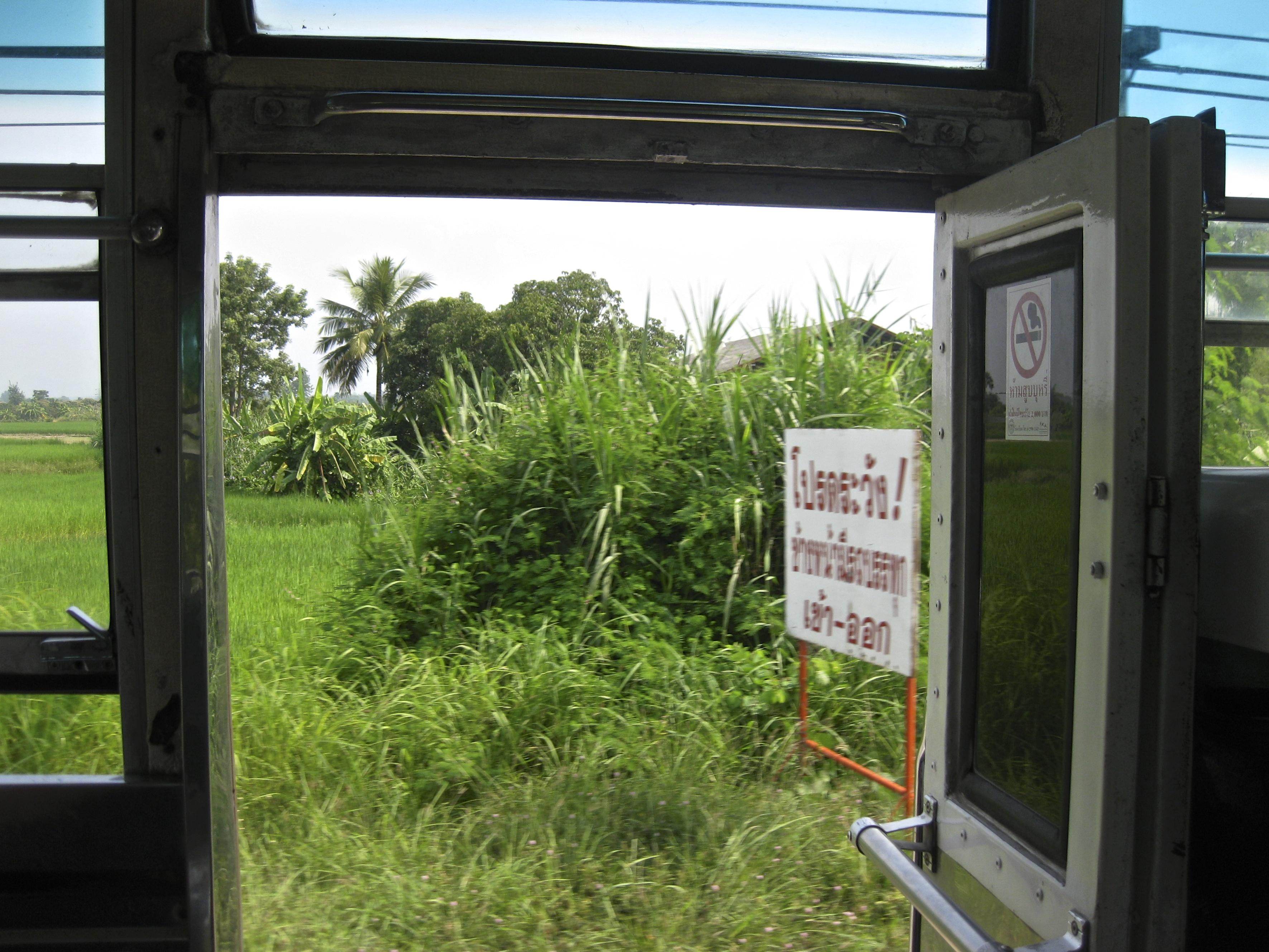 puerta abierta bus tailandés